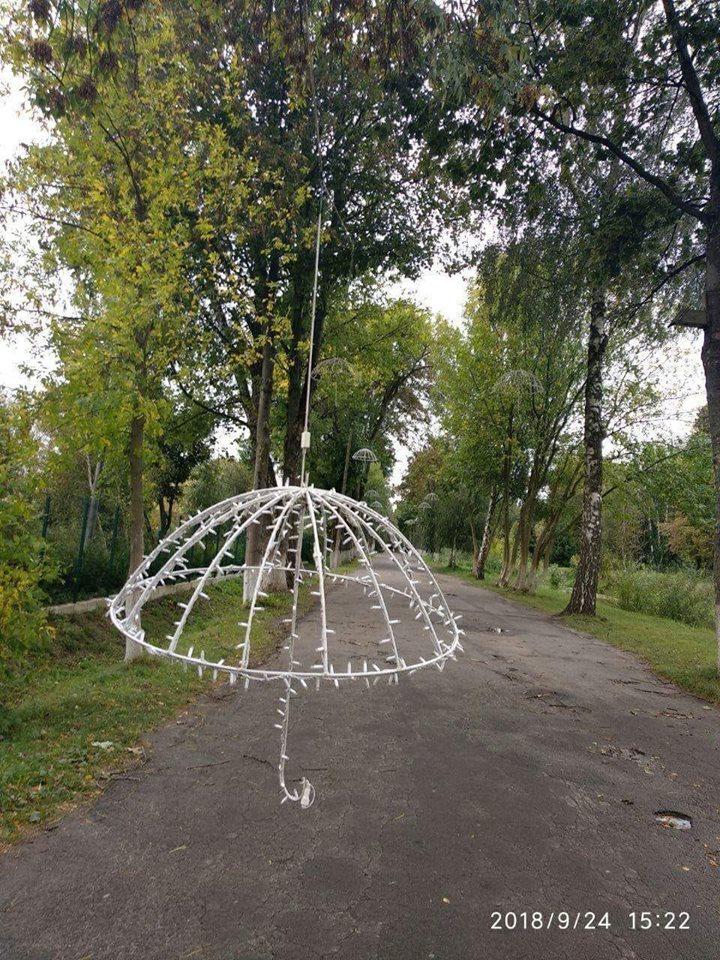 У Луцьку негода пошкодила Алею парасольок