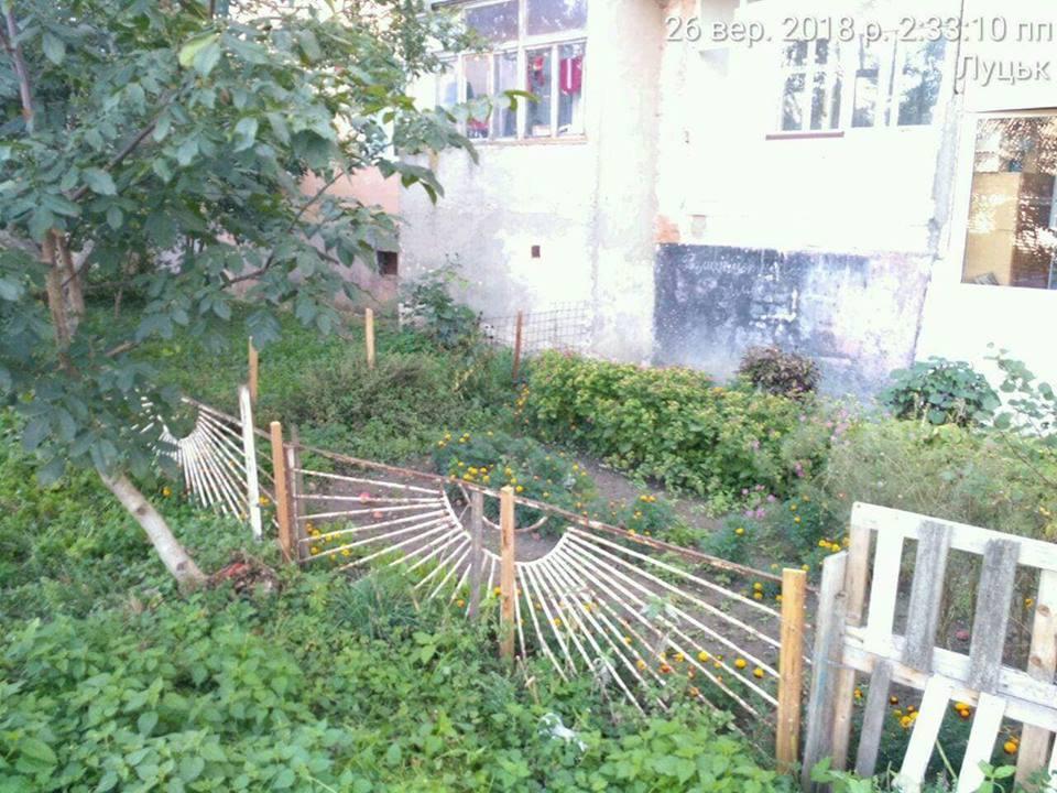 У Луцьку продовжують зносити незаконні паркани. ФОТО