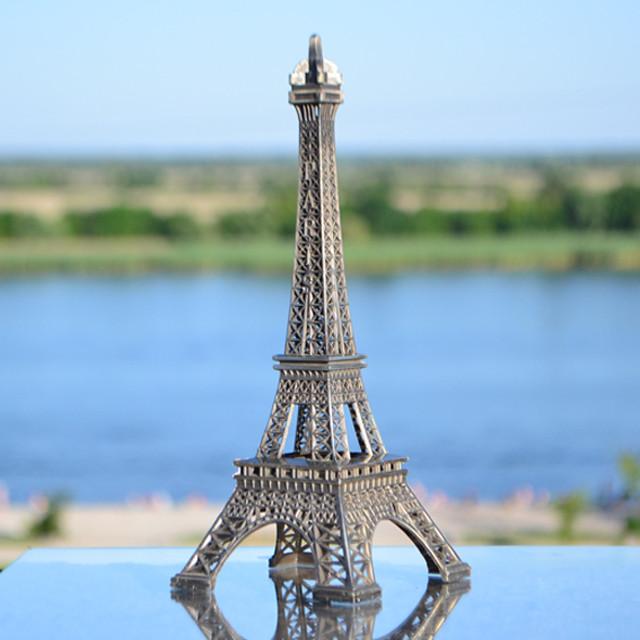 У Франції вилучили 20 тонн мініатюрних Ейфелевих веж