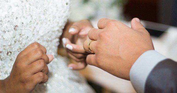 Парламент Румунії визначив шлюб лише як союз чоловіка і жінки