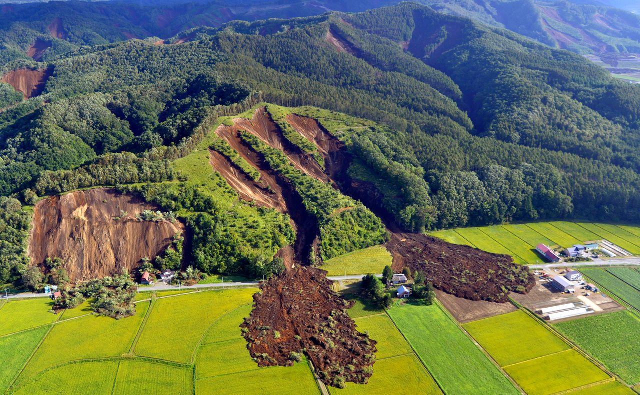Землетрус на острові Хоккайдо в Японії: 8 людей загинули, близько 40 зникли безвісти