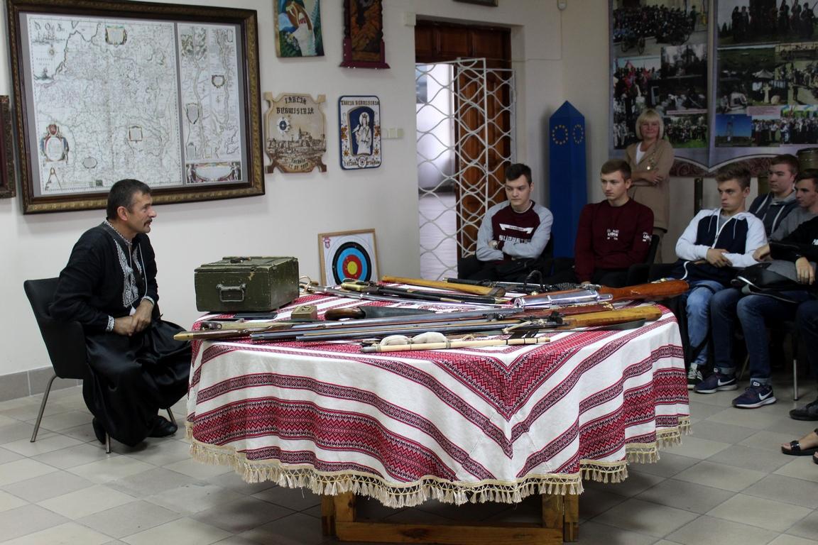 Лекції від отамана: студентів Луцького НТУ навчають козацькому озброєнню