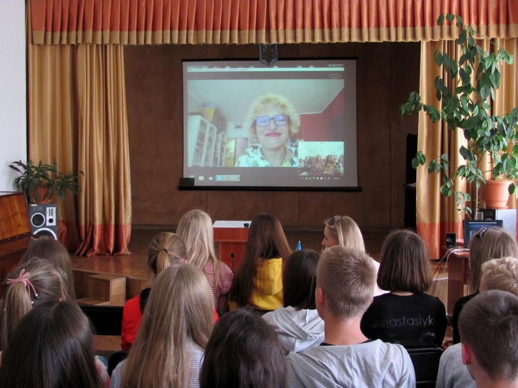 У Луцьку для читачів бібліотеки провели скайп-зустріч із відомою письменницею із Польщі. ФОТО