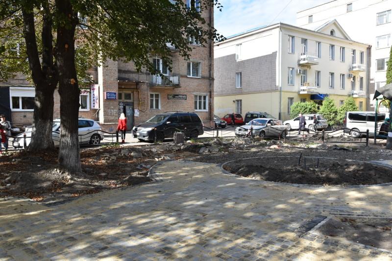 На місці колишнього квіткового ринку в Луцьку облаштовують сквер. ФОТО