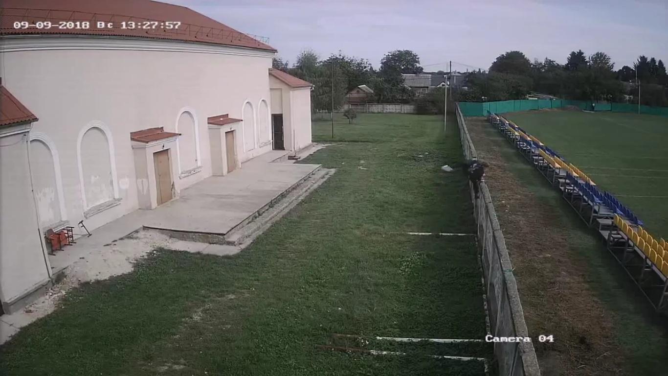 Школярі у Луцьку намагалися пошкодити новий стадіон. ВІДЕО