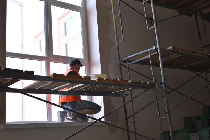 Показали, як у Луцьку ремонтують комунальні приміщення. ФОТО