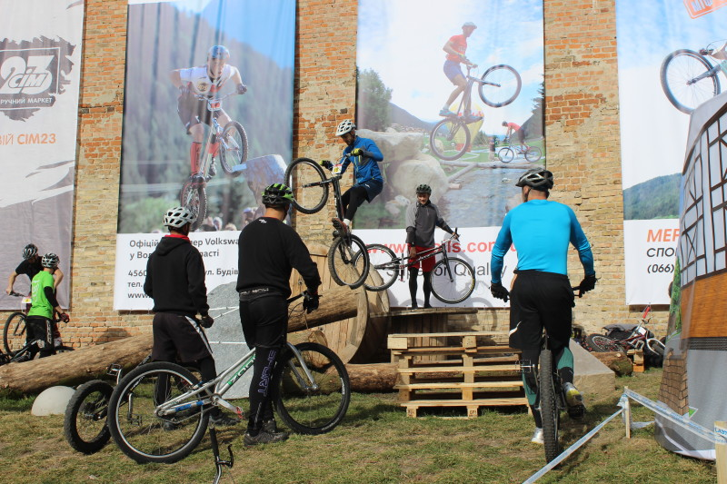 Вперше в світі у Луцькому замку – змагання з велотріалу. ФОТО