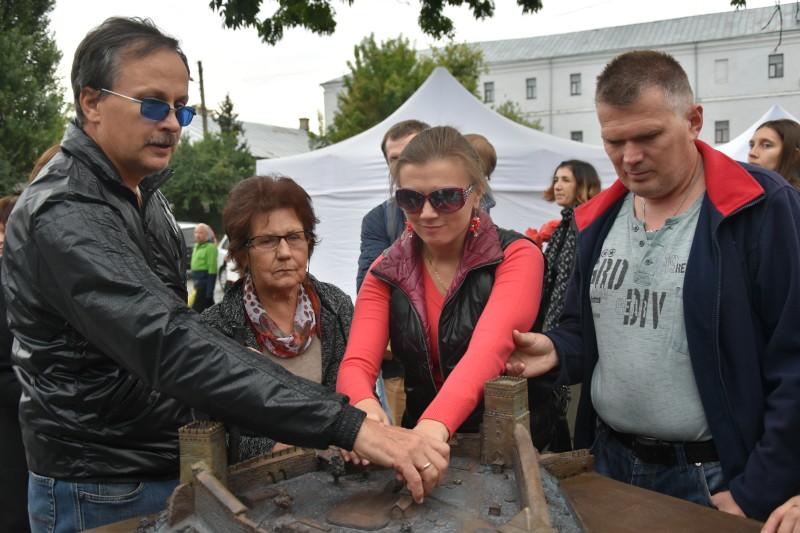 У Луцьку відкрили перший тактильний макет замку Любарта