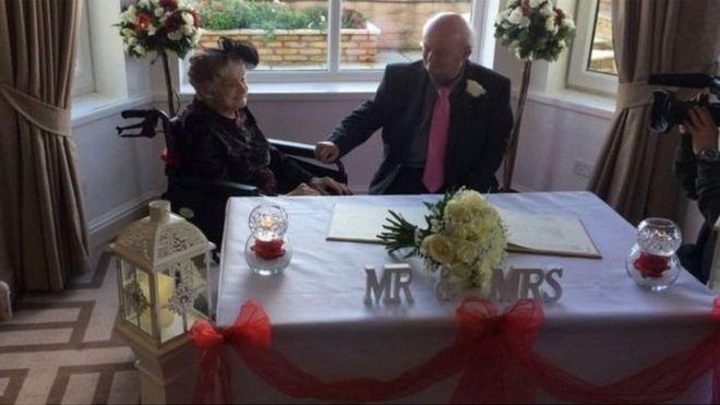 У Британії 100-річна жінка вийшла заміж за свого 74-річного партнера