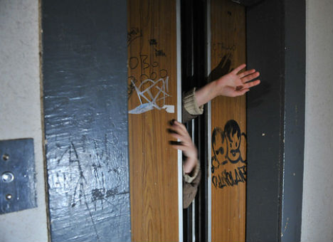 У Луцьку патрульні допомогли юнакам, які застрягли в ліфті