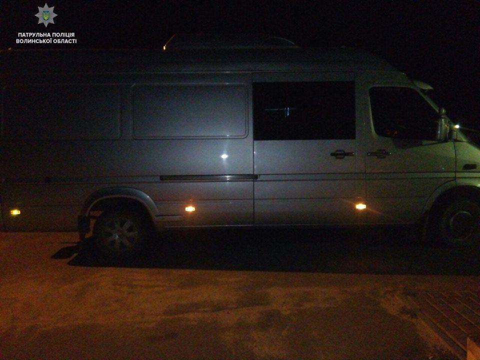 На Волині затримали мікроавтобус, який перебував у розшуку. ВІДЕО