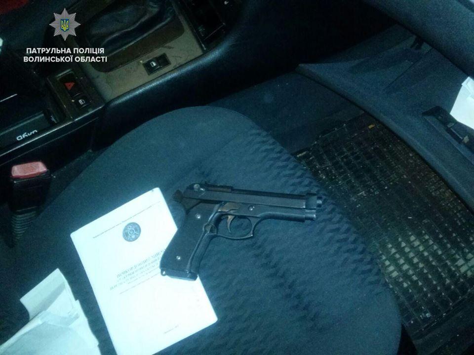 У Луцьку затримали п'яного водія зі зброєю