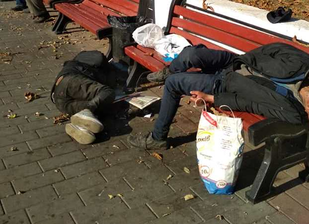 У центрі Луцька посеред дня лежали двоє чоловіків. ФОТО
