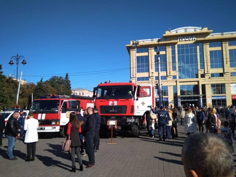 У Луцьку рятувальники долучилися до урочистостей з нагоди Дня захисника України. ФОТО