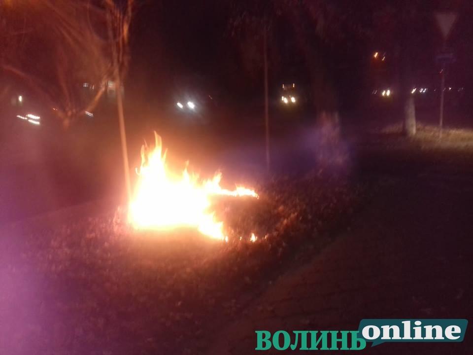 У Луцьку запалили вогонь поблизу супермаркету. ВІДЕО