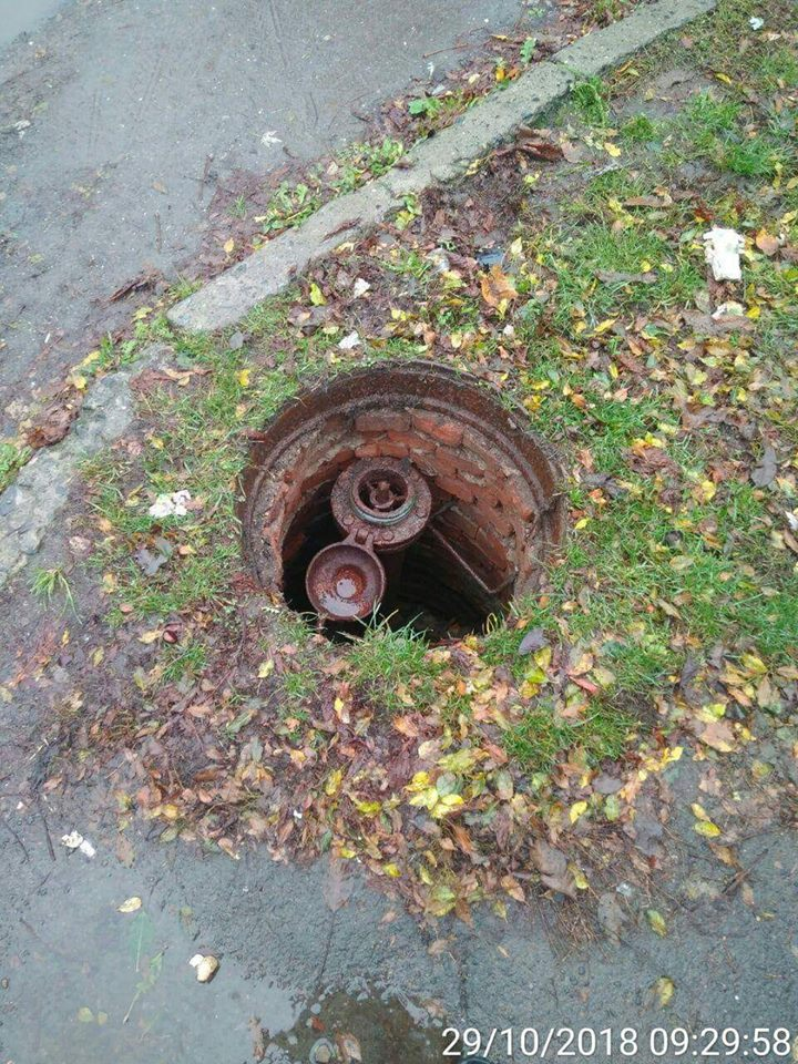 У Луцьку на одній з вулиць – каналізація без люка