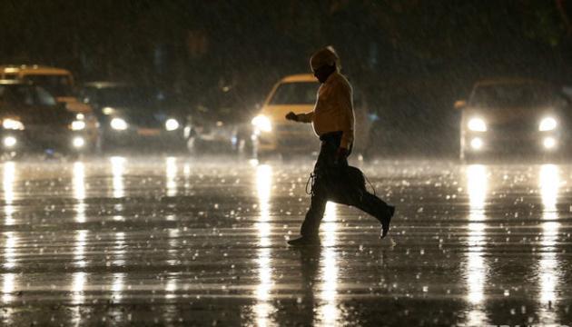 До Індії наближається циклон, евакуювали 300 тисяч осіб