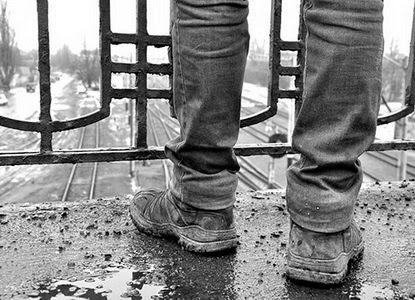 У Луцьку молодик хотів стрибнути з мосту через сварку з дівчиною. ВІДЕО