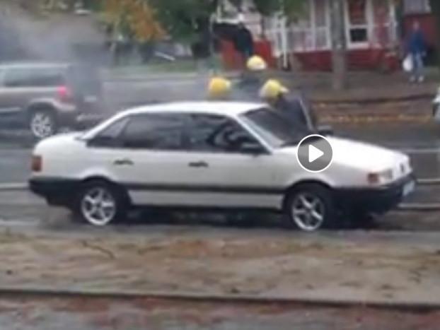 У Луцьку посеред вулиці загорілось авто. ВІДЕО