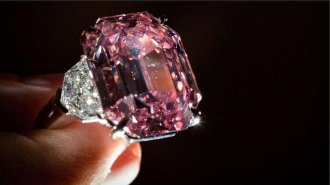 Рідкісний рожевий діамант продали за рекордну ціну