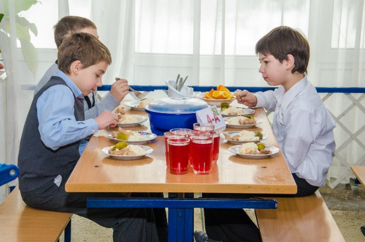 Визначили, хто зможе безплатно харчуватися у закладах освіти Луцька