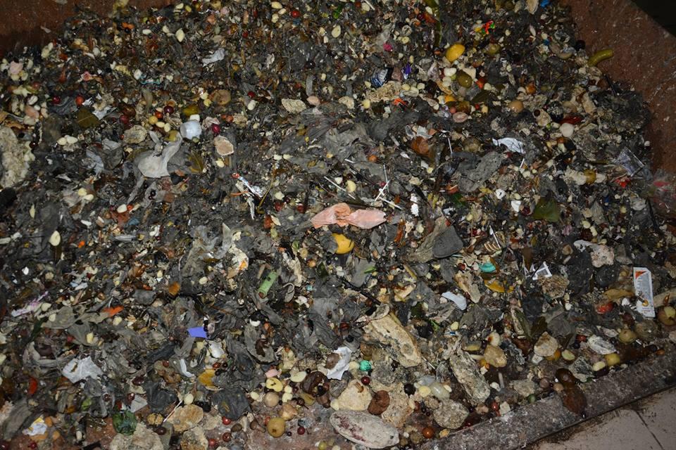 Лучани перетворюють каналізацію на смітник