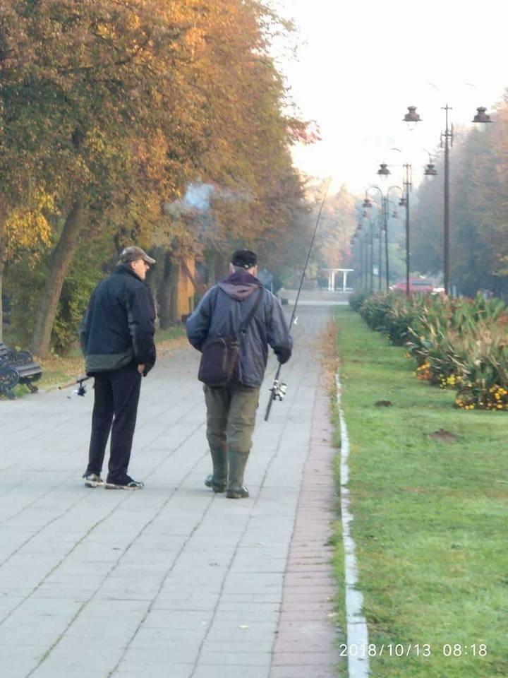 У центральному парку Луцька чоловіки нелегально ловили рибу. ФОТО