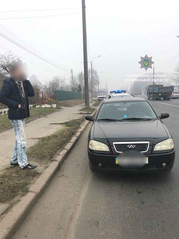 У Луцьку водій кидався під колеса патрульного авто