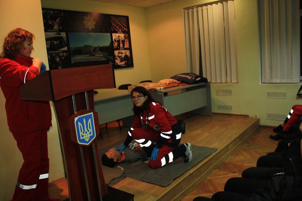 Медики вчили луцьких патрульних надавати першу допомогу. ФОТО