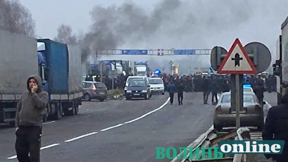 Рух на волинських пунктах пропуску заблокований: прикордонники не впускають в Україну, активісти – не випускають з України . ФОТО
