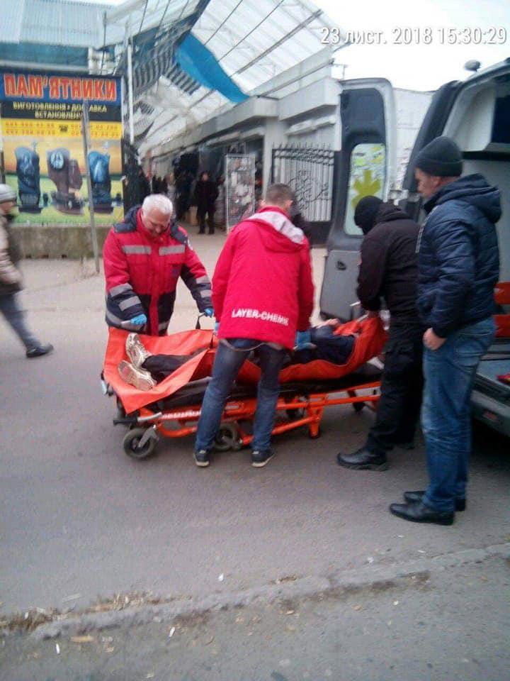 На луцькій автостанції неподалік проїжджої частини лежав чоловік. ФОТО