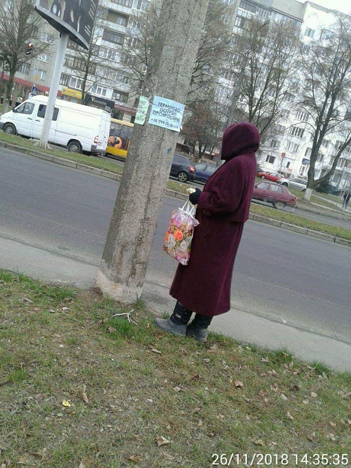 У Луцьку на гарячому спіймали жінку, яка незаконно розклеювала рекламу