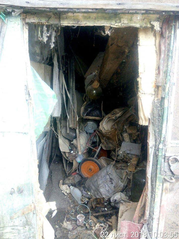 У Луцьку демонтували сарай забитий сміттям. ФОТО