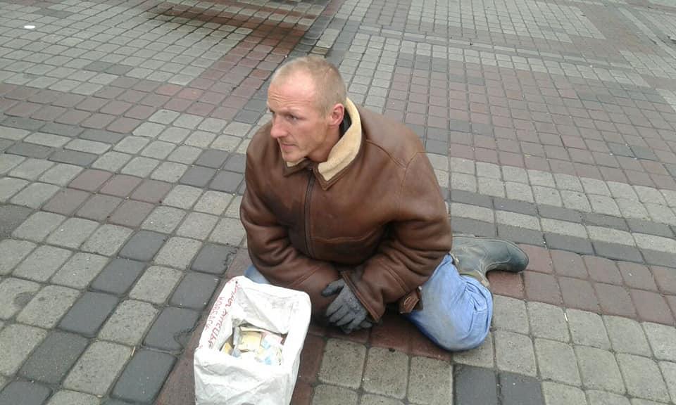 У Луцьку чоловік прикидався інвалідом і жебракував. ФОТО