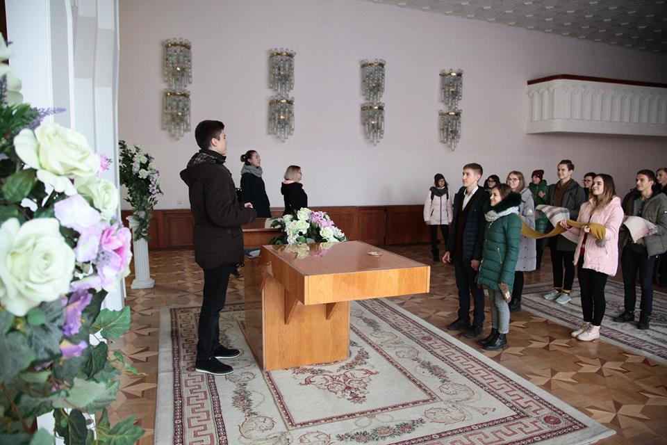 Учні луцької школи відтворили урочисту реєстрацію шлюбу. ФОТО