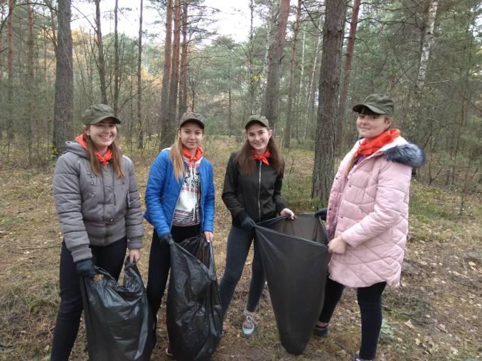 На Ратнівщині школярі та лісівники прибирали ліс