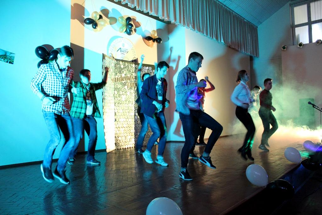 Реп, східні танці та флешмоб від викладачів: у Луцькому НТУ відзначили День студента