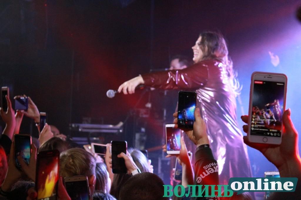 Поплакала і стоп: у Луцьку виступив гурт «Kazka»