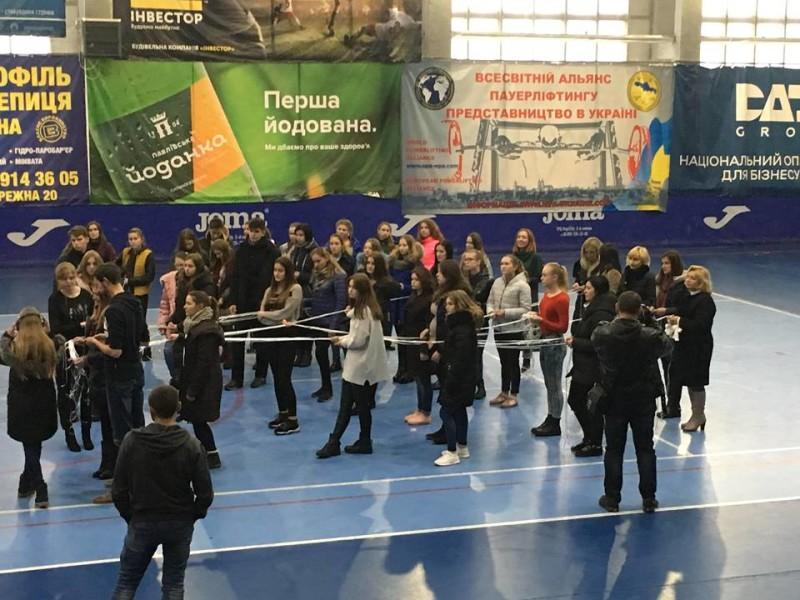 У Луцьку відбувся масштабний перформанс на підтримку сиріт. ФОТО