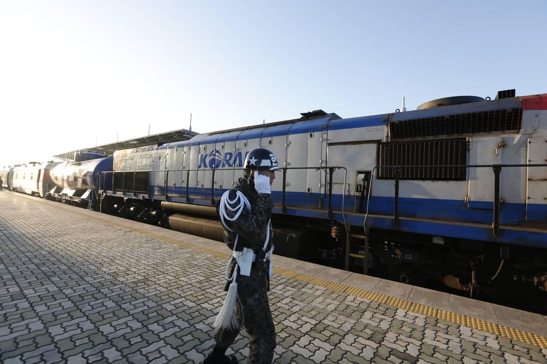 З Південної Кореї до КНДР вирушив перший за останні 10 років потяг