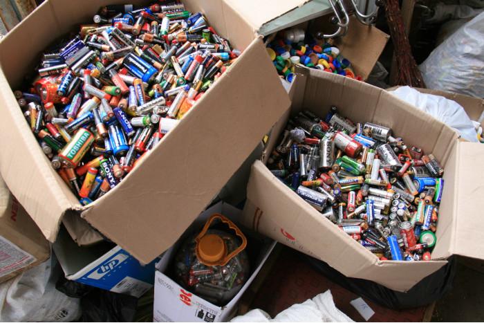 Цьогоріч у Луцьку назбирали 3,5 тонни відпрацьованих батарейок та акумуляторів. ФОТО