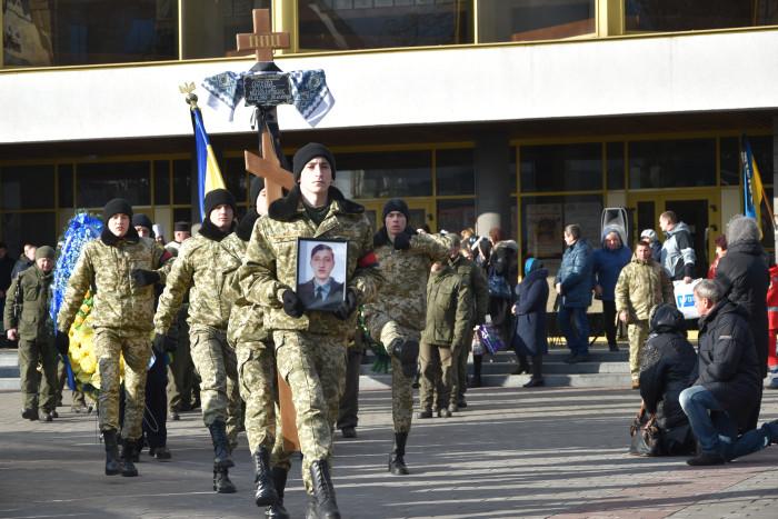 Лучани провели в останню путь загиблого у військових діях на сході. ФОТО