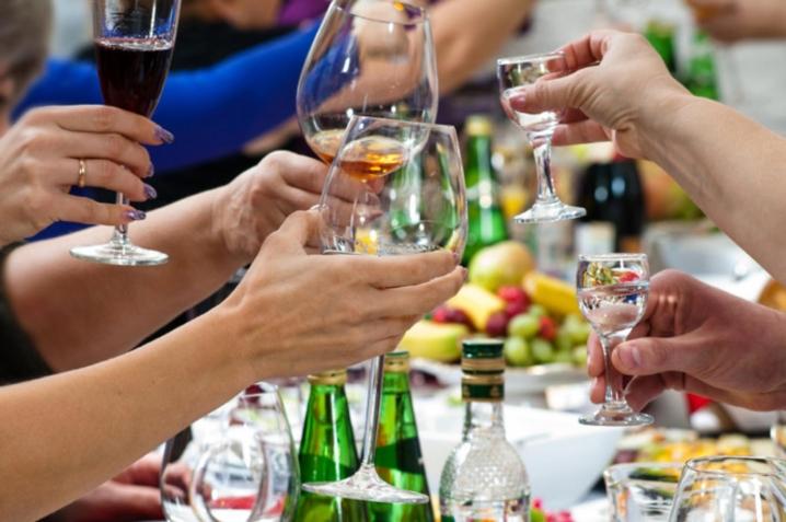 Волинян закликають до новорічно-різдвяних святкувань купляти легальний алкоголь