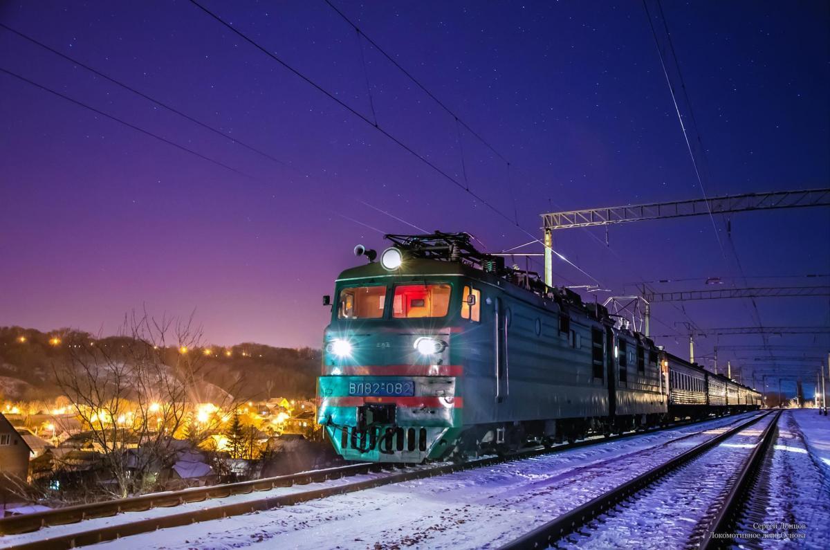 Пасажирський потяг, кілька годин простояв у полі, адже ремонтники забули на шляхах обладнання