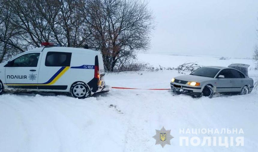 Волинські поліцейські допомагають водіям вибратися зі снігових пасток. ФОТО