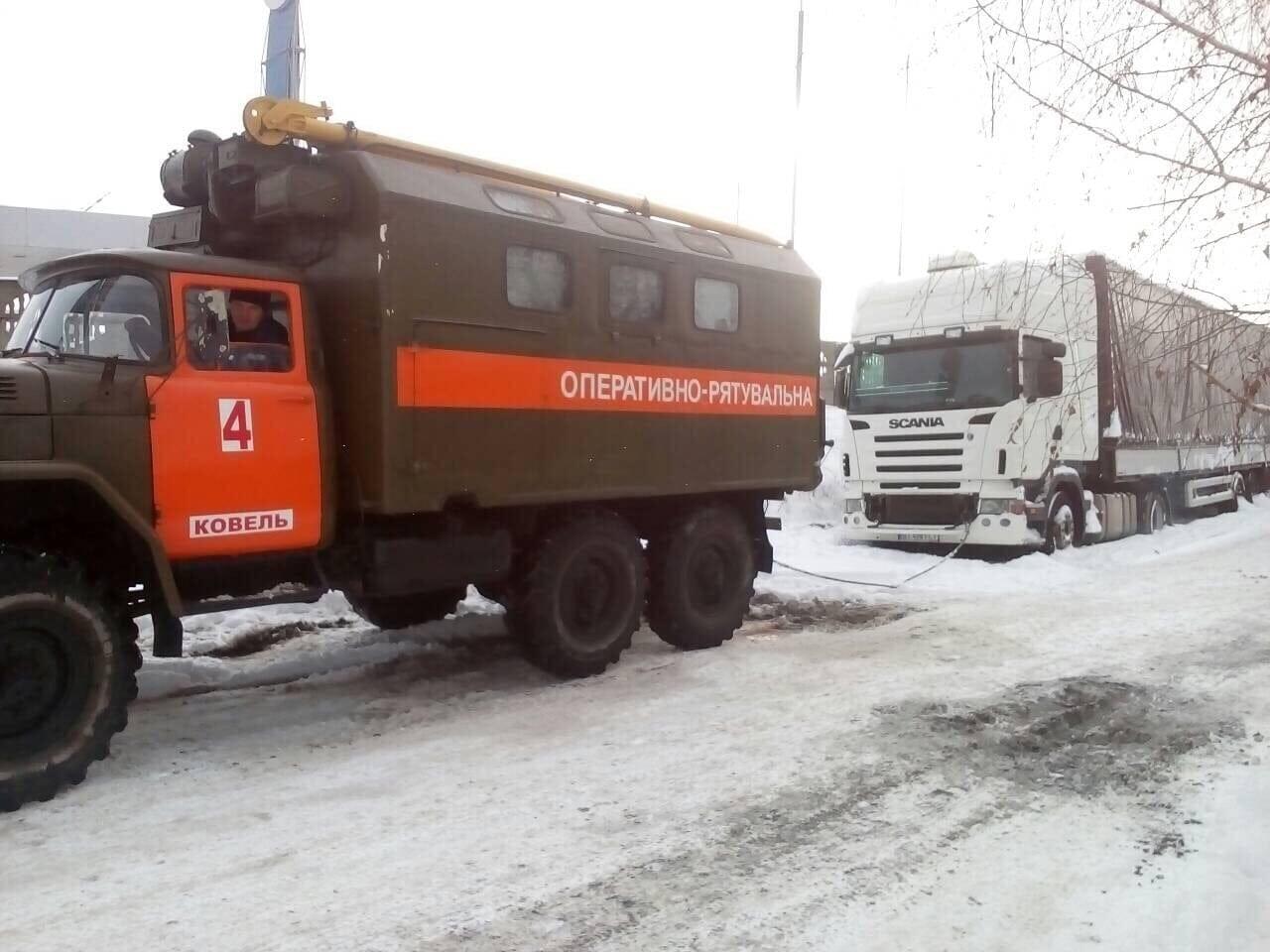 На Волині вивільнили із кюветів три вантажівки