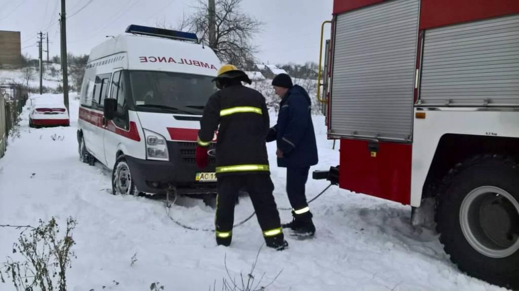 Волинські рятувальники вивільнили із кюветів 14 автомобілів. ФОТО