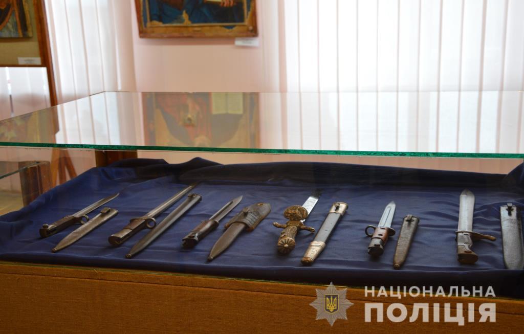 На Волині колекцію холодної зброї, вилучену в правопорушника, передали в музей. ФОТО
