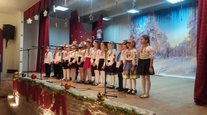 У Луцьку школярі влаштували святковий концерт. ФОТО