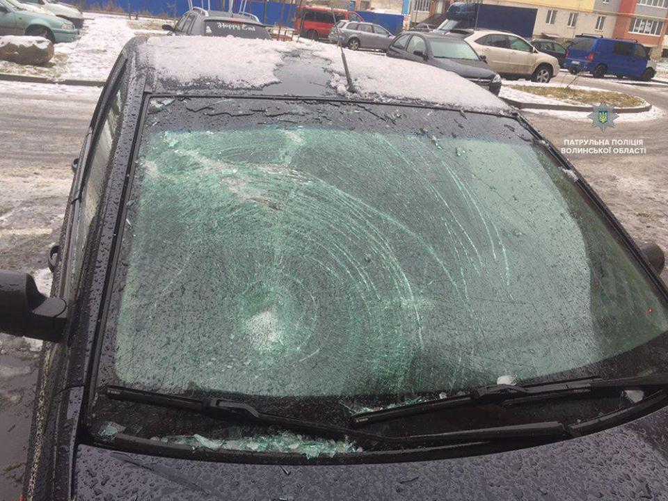 У Луцьку льодяна брила пошкодила скло автомобіля